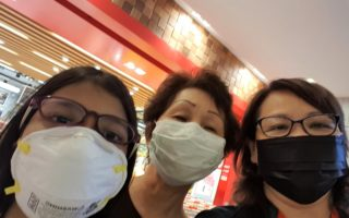 3 ladies wearing masks in KL due to the haze.